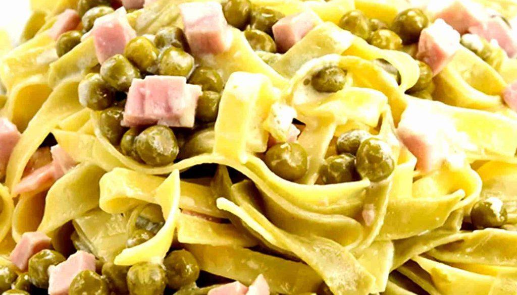 Pasta mit Schinken und Erbsen