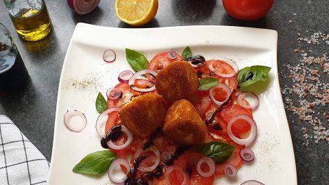 Gebratener Mozzarella auf Tomaten Carpaccio