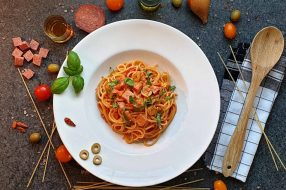 nudeln mit salami und oliven