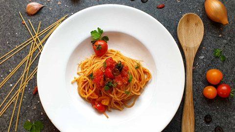 Spaghetti mit Kirschtomaten Oliven und Kapern
