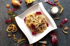 Tagliatelle mit Gorgonzolasoße, Walnüssen und Radicchio