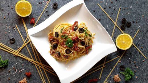 Thunfisch Pasta mit getrockneten Tomaten und Oliven