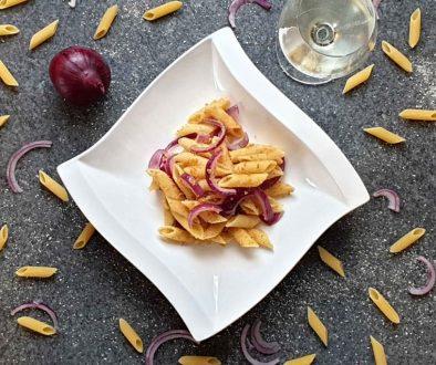 Nudeln mit Semmelbrösel und roten Zwiebeln