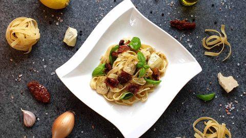 Pasta mit Artischocken und getrockneten Tomaten
