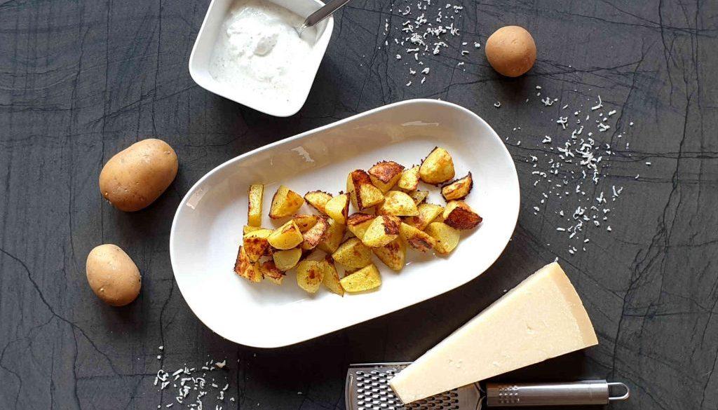 Parmesankartoffeln vom Blech mit Joghurt-Feta-Dip