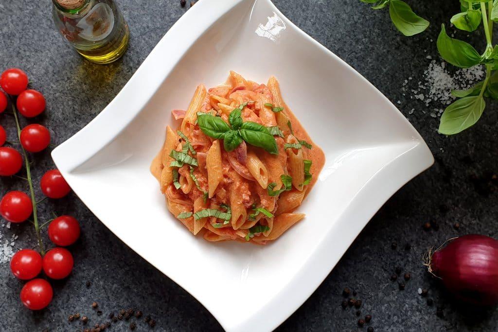 Pasta mit Tomaten Sahne Soße und Speck