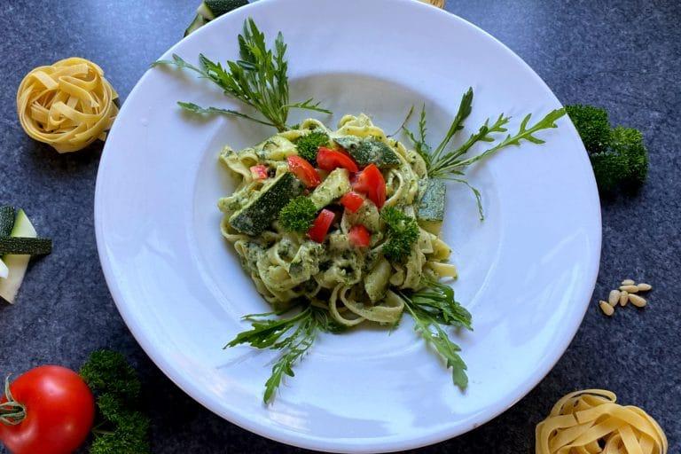 Pasta mit Rucola und Zucchini
